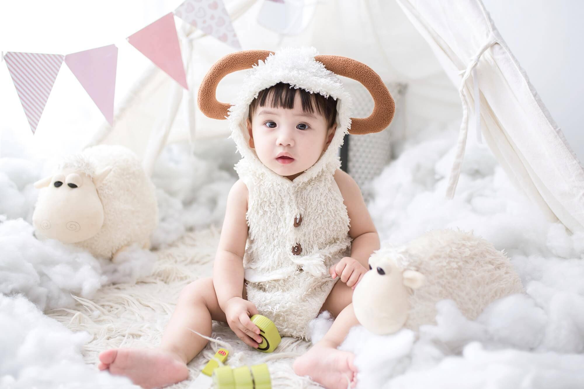 かわいい洋服を着た子供
